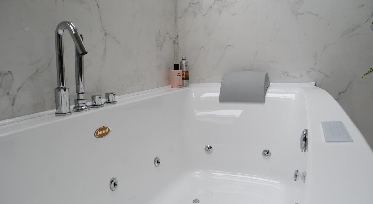 Whirlpool Bath Jacuzzi Sofia - LinkedGreen